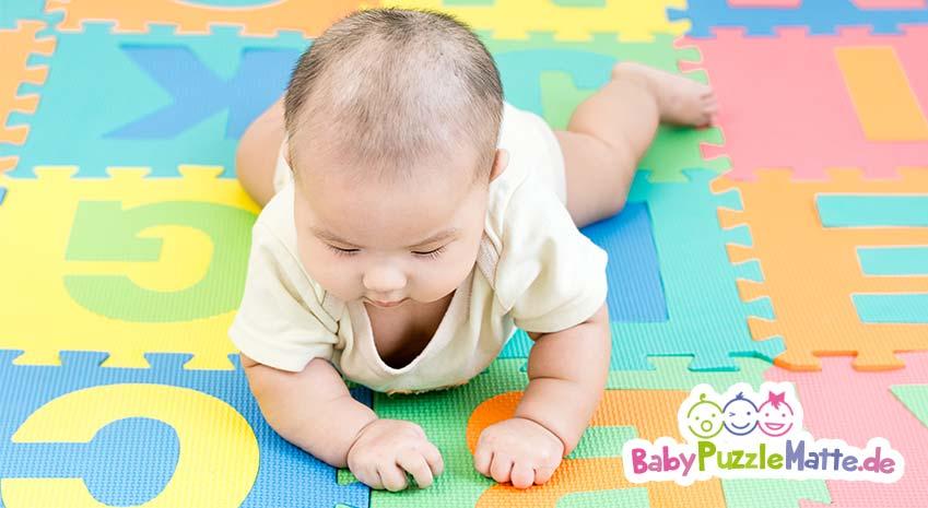 Baby auf einer Puzzlematte
