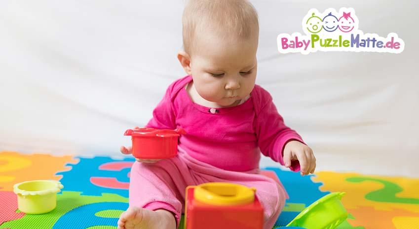 Baby auf einer bunten Playshoes Puzzlematte
