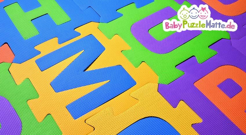 Bunte Puzzlematte mit Buchstaben
