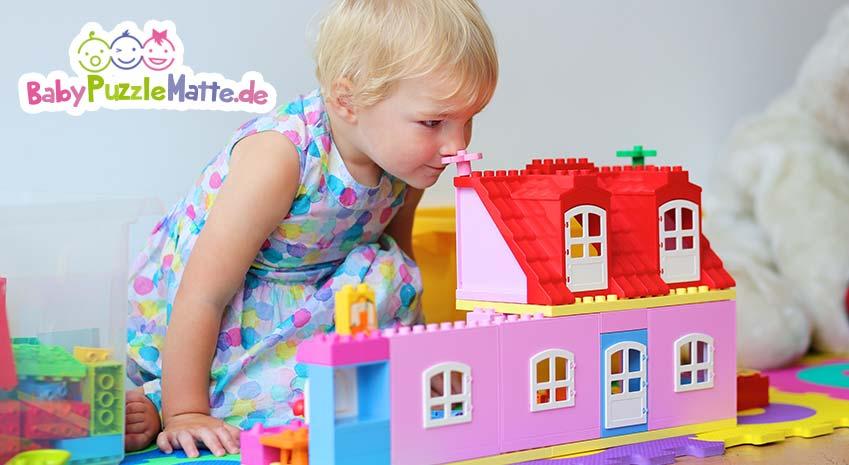 Kind spielt mit einer ähnlichen Matte wie der My Baby Puzzlematte