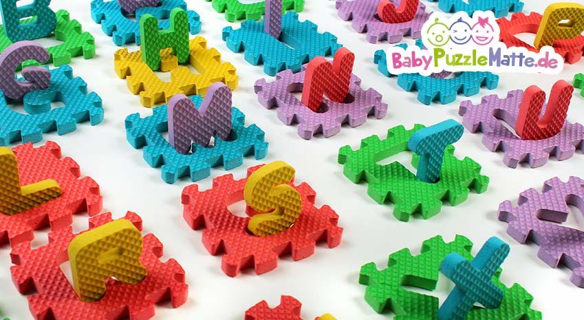 Eine Puzzlematte 86 teilig mit vielen bunten Zahlen und Buchstaben