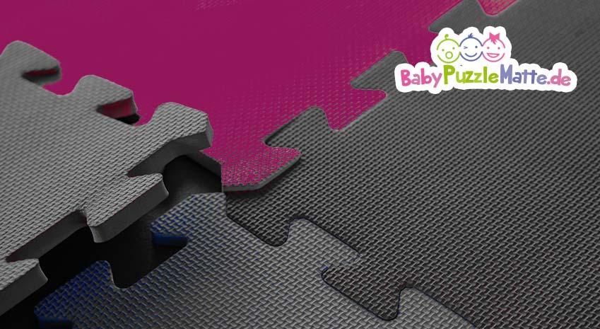 Eine Puzzlematte einfarbig mit grauen Teilen und einem block in lila