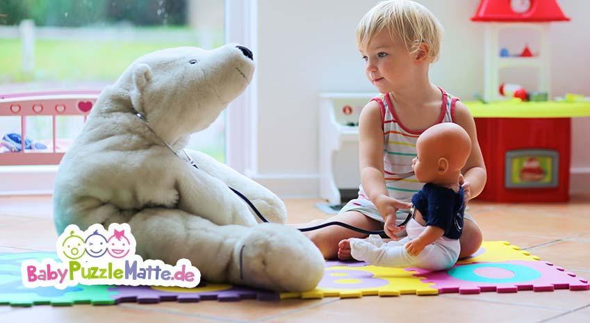 Puzzlematte Kinder spielen mit ihrem Spielzeug und Puppen