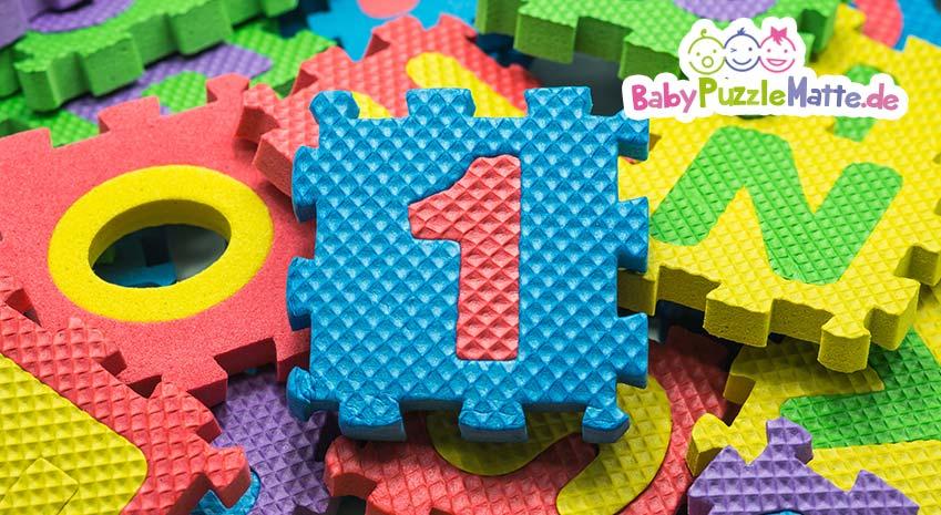 Eine Puzzlematte mit Rand verhindert das herauskullern von Spielzeug und schützt das Baby beim spielen.